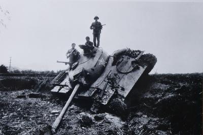 """Xác xe tăng Trung Quốc bị bắn gục tại bản Sẩy (Hòa An, Cao Bằng). Bộ đội bám trụ từng hốc suối, bìa rừng, đánh bật quân Trung Quốc lùi dần về phía đường biên. Báo Quân đội nhân dân số Thứ Sáu, ngày 23/2/1979 đăng """"Trong 5 ngày (từ 17 đến 21/2), quân dân các tỉnh biên giới diệt 12.000 địch, diệt và đánh thiệt hại nặng 14 tiểu đoàn, bắn cháy, phá hủy 140 xe tăng, xe thiết giáp, thu nhiều súng và đồ dùng quân sự""""."""