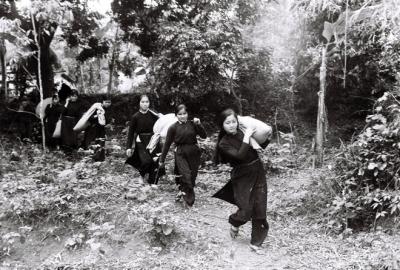 """Các thiếu nữ dân tộc Tày chuyển lương thực cho bộ đội. Khi lệnh Tổng động viên được ban bố ngày 5/3, Trung Quốc tuyên bố rút quân vì đã """"hoàn thành mục tiêu chiến tranh"""". Tuy nhiên, suốt 10 năm (1979-1989), chiến sự vẫn tiếp diễn ở biên giới phía Bắc, khốc liệt nhất là mặt trận Vị Xuyên (Hà Giang)."""