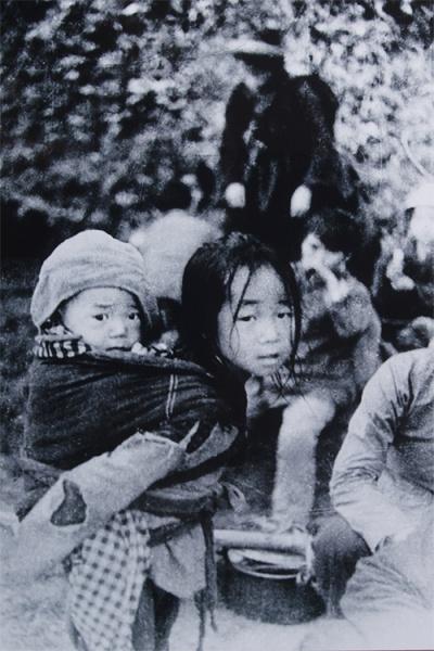 Bất ngờ trước sự tấn công của quân Trung Quốc, người dân thị xã Cao Bằng ngược đường quốc lộ, băng rừng di tản về hướng Bắc Kạn, Thái Nguyên. Giữa dòng người tản cư có hai chị em cõng nhau chạy nạn. Hai đứa trẻ vừa đói, vừa mệt nhưng cũng không dám nghỉ ngơi. Nhiều năm qua, ông Trần Mạnh Thường vẫn hy vọng gặp lại hai chị em trong bức ảnh.