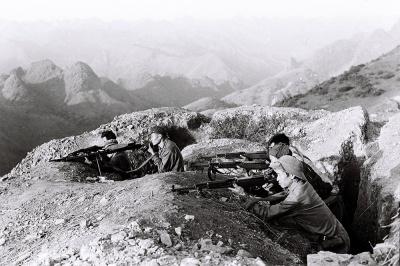 Đối đầu với đội quân đông gấp 12 lần được yểm trợ bởi hỏa lực mạnh, quân dân các dân tộc 6 tỉnh biên giới phía Bắc chủ động tổ chức chiến đấu ngay tại chỗ cầm chân quân Trung Quốc trong khi chờ quân chủ lực. Bộ Quốc phòng Việt Nam gấp rút điều động các sư đoàn bộ binh quân khu từ tuyến sau lên, quân chủ lực từ chiến trường Tây Nam trở về tham chiến.